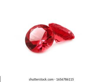 白い背景の上の美しいファセットの赤い宝石。