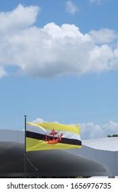 ブルネイの旗と青い空