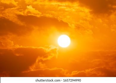 Himmelssonnenuntergang von Sonnenschein und Wolke, heller Zwielichthintergrund. Alles, was über der Oberfläche der Atmosphäre liegt, ist der Himmel. Cloud ist ein Aerosol mit sichtbarer Flüssigkeitsmasse für kreative Designgrafiken