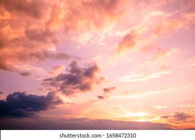 Colorido cielo nublado al atardecer. Degradado de color. Textura de cielo, fondo de naturaleza abstracta