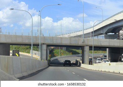 M4のコンコードインターチェンジにある新しい道路ランプ、コンクリートの鉄塔、コンクリートの障壁。眺めは、パラマッタロードに向かって東に向かうM4高速道路からです。背景の草と空。