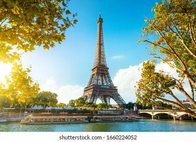 Seine in Paris mit Eiffelturm in Sonnenaufgangzeit