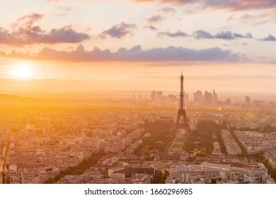 Torre Eiffel al atardecer desde una vista mejorada, el horizonte de París en el fondo