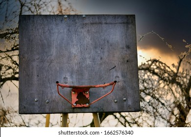 rostiger alter Basketballkorb gegen den Himmel am Abend