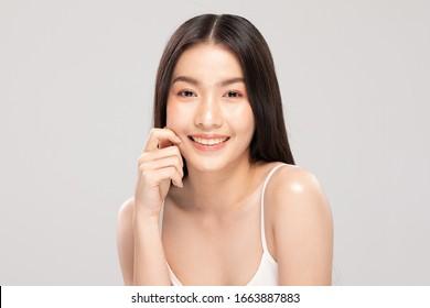 Hermosa mujer asiática tocando la sonrisa de la mejilla suave con la piel limpia y fresca Felicidad y alegre con emocional positivo, aislado sobre fondo blanco, concepto de belleza y cosméticos