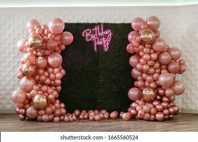 ピンク、ゴールド、ローズゴールドの首輪の風船で飾る/テキストの誕生日パーティー