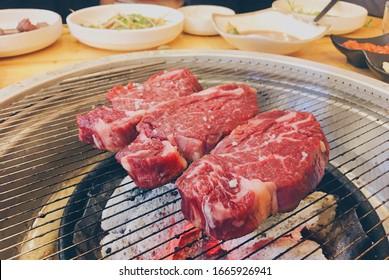 韓国の伝統的なレストラン。韓国の伝統料理。食物。アジアンスタイル。牛肉。BBC。おいしい。おいしい。素晴らしい。誰も。孤立したオブジェクト。