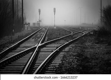 線路スイッチが霧の中で消える鉄道のジャンクション-モノクロ画像