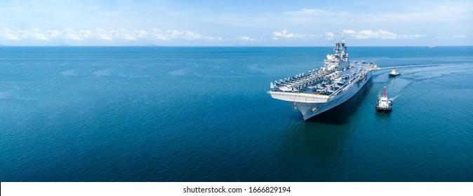 Nucleair schip, militaire marineschip met volle lading straaljager en helikopterpatrouille