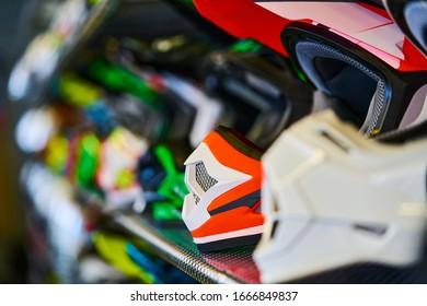 Motocicletas y accesorios en la moderna tienda de motocicletas. Cosas de moteros. Cascos sobre fondo de madera. Enfoque selectivo.