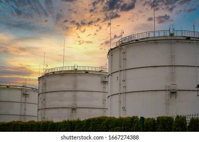 Große Industrieöltanks in einer Raffineriebasis.