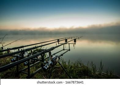 釣りの冒険、鯉釣り。日没時の釣り人は、鯉釣りのテクニックを使って釣りをしています。