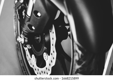 El neumático delantero de una motocicleta personalizada estacionada