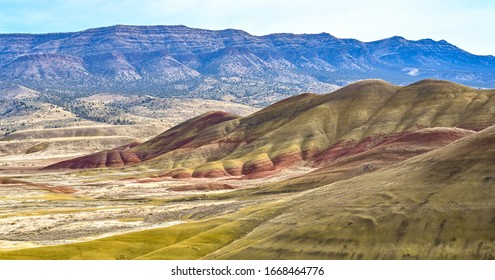 オレゴン州ペインテッドヒルズの鮮やかな風景の色