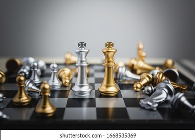 下落的典當棋圍攏的棋圖國王。業務戰略,領導,成功成就,競爭組織的概念。