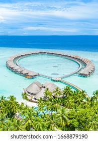 Paradieslandschaft der Malediven. Tropische Luftlandschaft, Seelandschaft mit langem Steg, Wasservillen mit herrlichem Meer- und Lagunenstrand, tropische Natur. Exotisches Tourismusziel Banner, Sommerferien