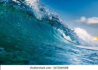 海の理想的な波。青い波を壊す