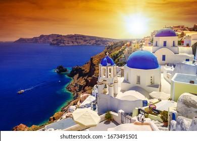 Schöner Sonnenuntergang über Oia Stadt auf Santorini Insel, Griechenland