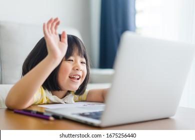 Asiatische Studentin Online-Lernklasse Studie Online-Videoanruf Zoom-Lehrerin, Glückliches Mädchen lernen Englisch online mit Laptop zu Hause. Neu normal. Covid-19 Coronavirus. Soziale Distanzierung. Bleiben Sie zu Hause