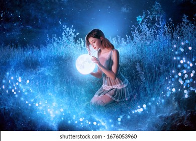 Artwork Fantasy junge schöne Frau hält magischen Ballplaneten. Nacht Natur dunkler Wald. Mystic Moon Light Magic Universum Weltraum. Hintergrundfee fliegt hell funkelnde Sterne weißes nebelblaues Gras