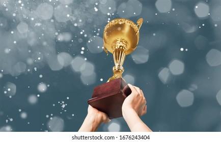Goldener Pokalsieger in den Händen