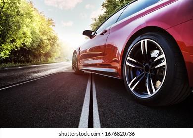 Rode sportwagen op de asfaltweg