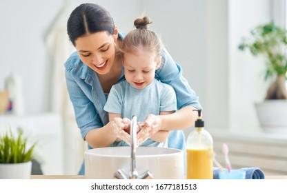 Ein süßes kleines Mädchen und ihre Mutter waschen sich die Hände. Schutz vor Infektionen und Viren.