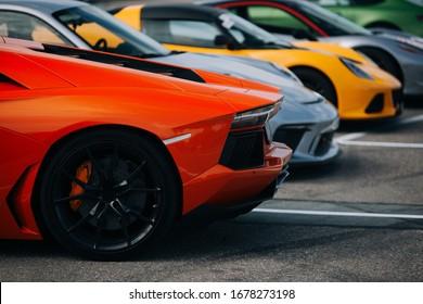 Supersportwagen auf dem Parkplatz