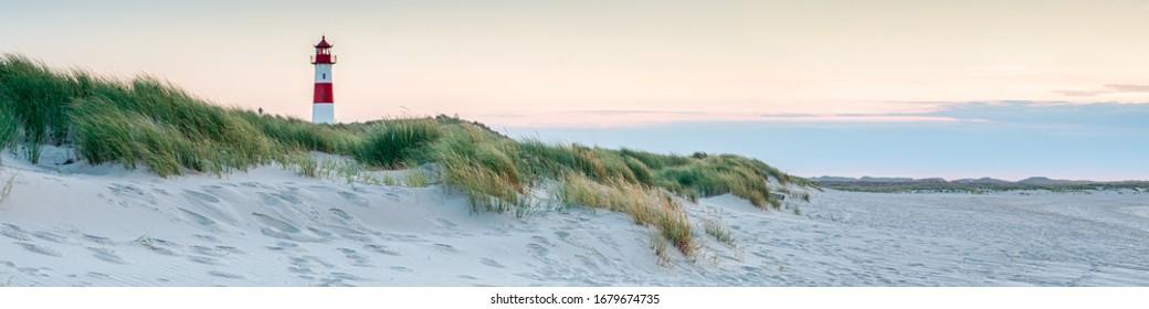 Vista panorámica de un faro de pie en la costa de Sylt, Mar del Norte, Alemania