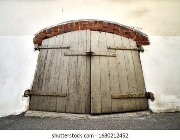 Puerta de madera vintage sobre el fondo blanco.