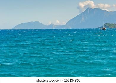 山を背景に美しい海の景色