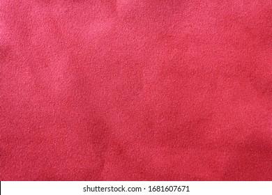Grunge Textur Hintergrund der schmutzigen dunkelroten Stoffoberfläche. Leeres burgunderfarbenes Tuch, altes, verblasstes, zerknittertes Material, Samttextilfragment im Vintage-Stil mit leerem Kopierraum