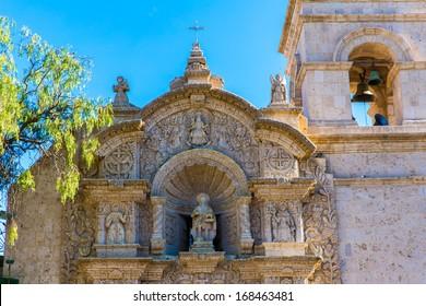 アレキパ、ペルー、南アメリカの古い教会。アレキパのアルマス広場は、ペルーで最も美しい場所の1つです。