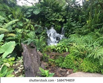 Schöne Wasserfälle im Zentrum des Dschungels / der Wiese. Landschaftsansicht des Mini-Wasserfalls am Garten von Singapur.