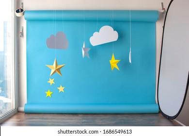誕生日の赤ちゃんの写真撮影のための紙の背景。青い空と手漉きの紙のカッティングスター。