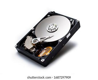 Disco duro aislado en un fondo blanco. Unidad de disco duro HDD de computadora. Memoria de almacenamiento de computadora
