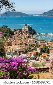 Vista aérea de la ciudad de Lerici, en el fondo Portovenere o Porto Venere con la isla de Palmaria. En el Golfo de La Spezia, Liguria, Italia, Europa