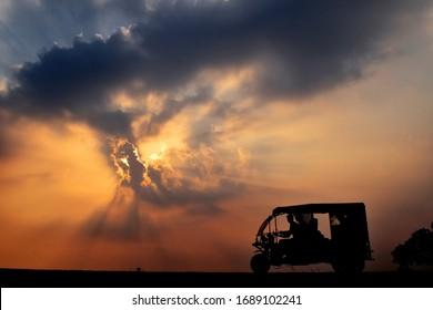 夕日のなんて素晴らしい景色でしょう!日の入りは、昼と夜の合計時間です。本当に素晴らしい。美しい地球とそれは孤立しています。
