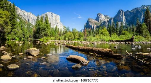 Vista panorámica escénica del famoso valle de Yosemite con la cumbre de escalada en roca El Capitán y el idílico río Merced en un hermoso día soleado con cielo azul en verano, el Parque Nacional Yosemite, California, EE.