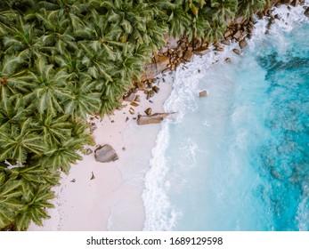 Tropische Insel der Seychellen Praslin mit weißem Strand und tropischen Palmen, Luftaufnahme der Drohne über den Seychellen