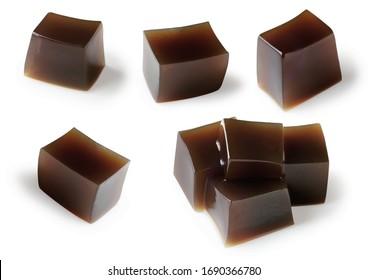 Satz Grasgelee (Mesona chinensis) Würfel Transparenz isoliert, schwarzer Geleewürfel.