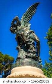 Nahaufnahme des Brunnens des gefallenen Engels oder des Fuente del Angel Caido im 1885 eingeweihten Buen Retiro Park in Madrid, Spanien