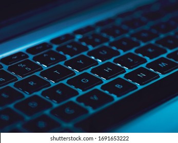 照らされたキーボードとフローティングコード