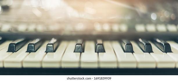 ピアノキーボードの背景は、大成功を祝ってクラシックピアノの演奏の前にピアニストがリハーサルできるように、朝の窓際の音楽室に設置されました。