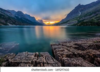 蒙大拿州冰川國家公園聖瑪麗湖的日落