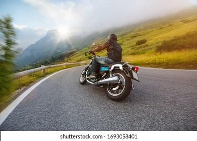 Conductor de motocicleta viajando en Dolomite Pass, Italia, sur de Europa.