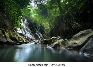 Kanto Lampo zasłony siklawa i rzeka w lasowym jarze, długa ujawnienie fotografia blisko Ubud, Bali, Indonezja