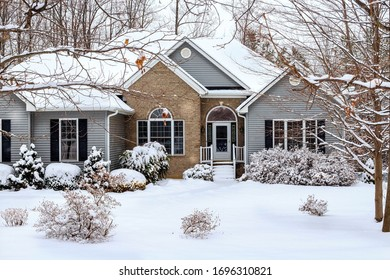 Country house in the forest. Winter is quiet, good!
