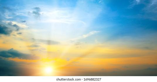 Foto panorámica puesta de sol de primavera brillante con cielo azul, sol rojo y rayos de sol.