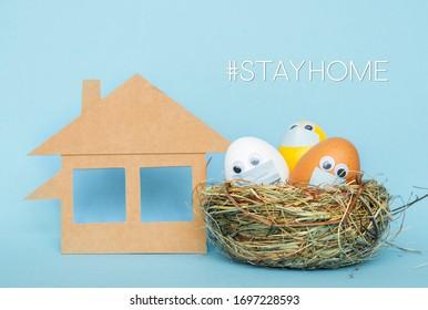 Bleiben Sie zu Hause in den Osterferien, osterfarbene Eier in Gesichtsmaske und Hausquarantäne-Konzept Feiern Sie sicher während der Coronavirus-Pandemie